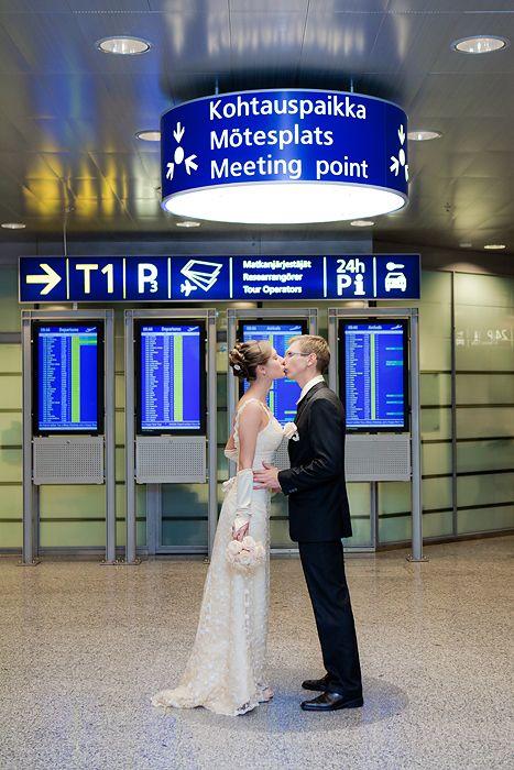Airport wedding by Studiohappymoment, Lentokenttä häät Helsingissä - in front of walnut sign