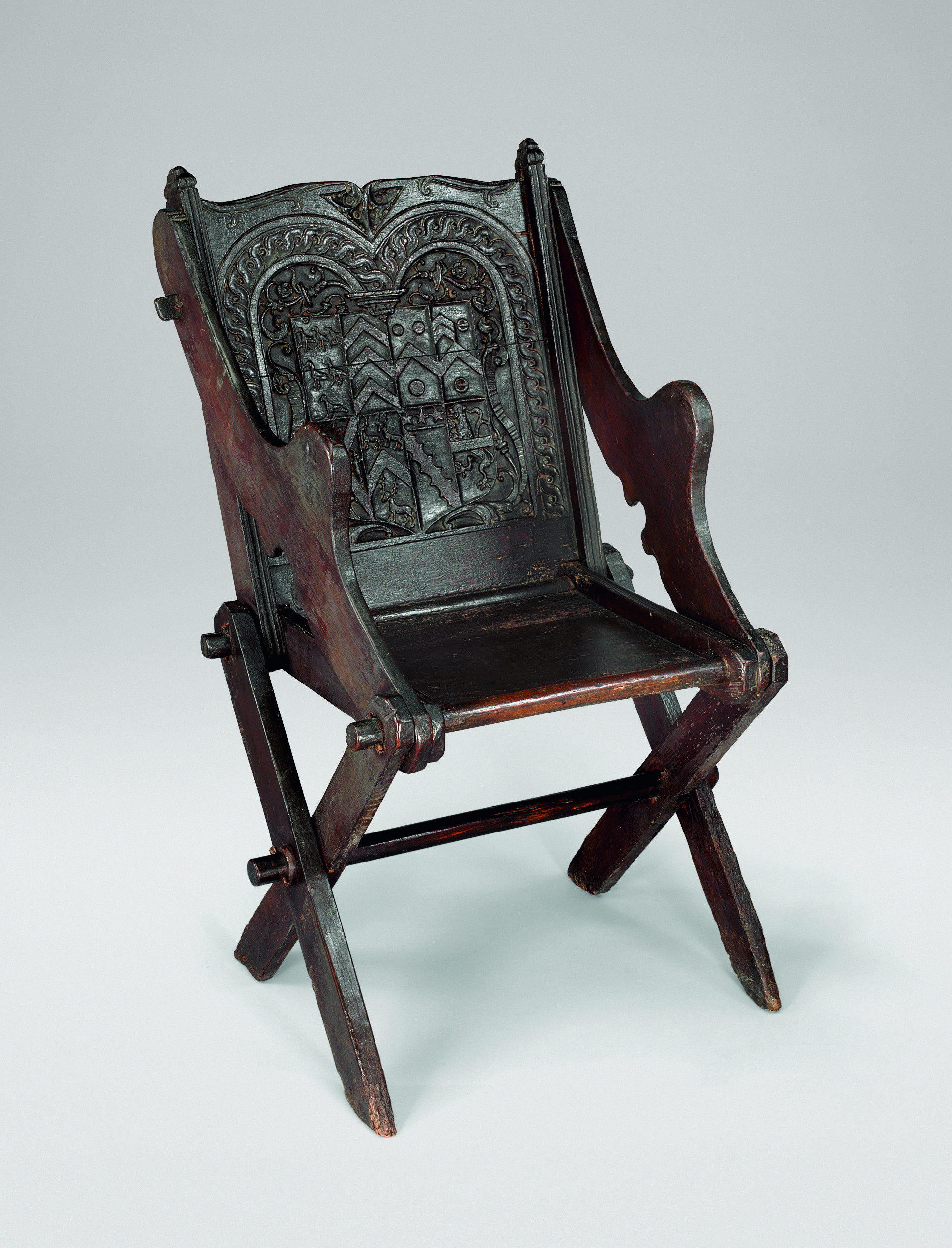 Glastonbury chair 16th century medieval chairs for Medieval living room furniture