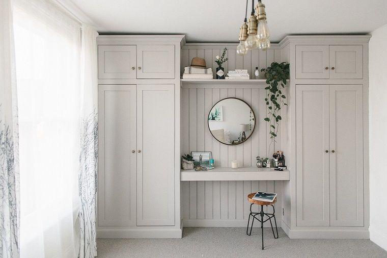 Come arredare casa parete con armadio di legno ottimizzare lo