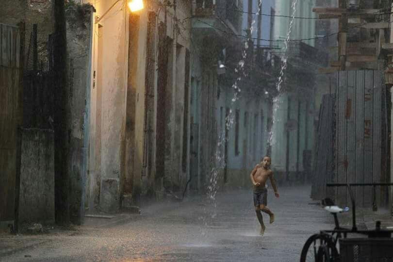 Llueve  en Habana vieja..pobresito el niño..