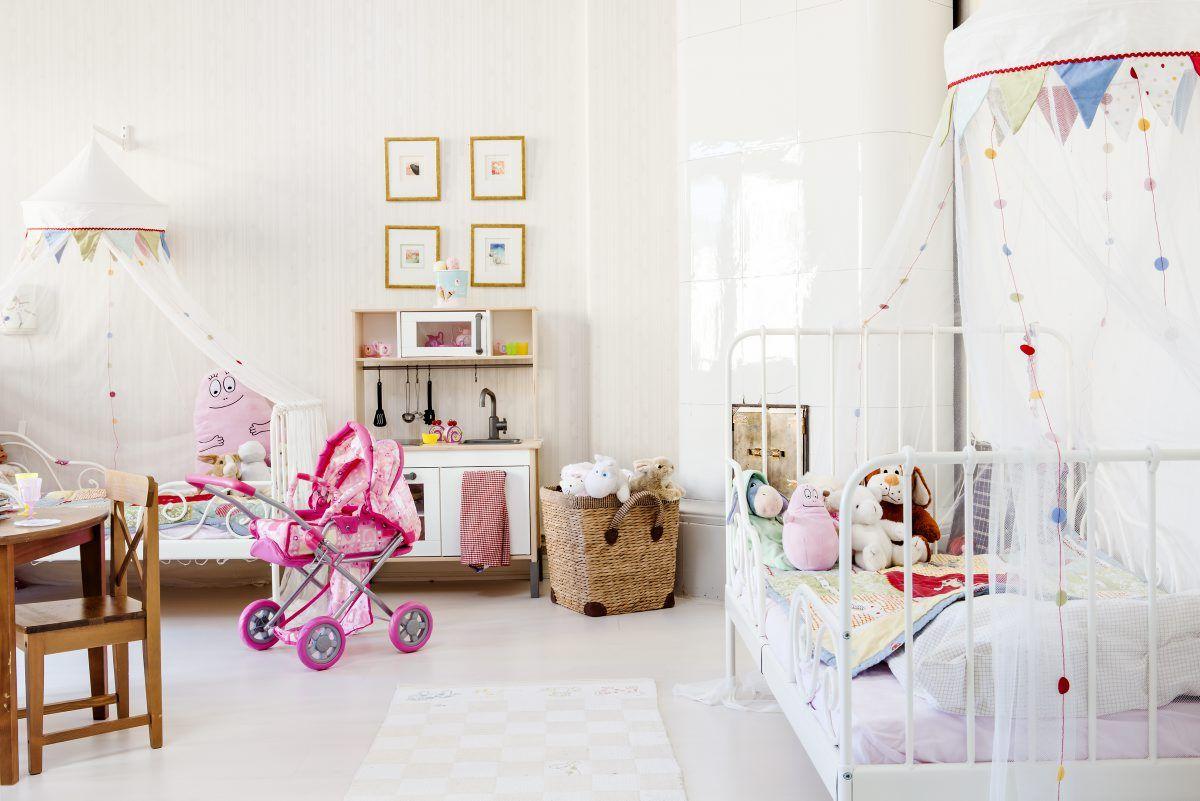 Tilavan lastenhuoneen kalusteet on hankittu Ikeasta. Neljän taulun ryhmä on lahja mummilta. Taulut löytyivät kodin viereisestä kehystämöstä.