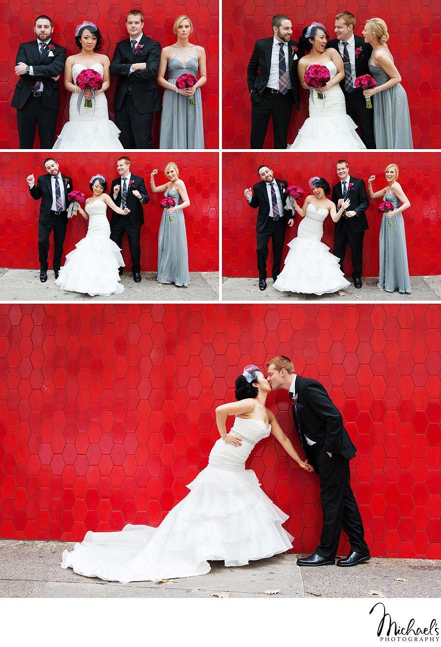 Grappige trouwfoto's. Het koppeltjes staat voor een spetterend rode wand.  (Photos by Michael's Photography )