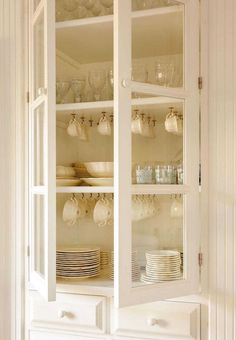 Interior alacena con vajilla y cristaler a guardada y for Muebles para cristaleria
