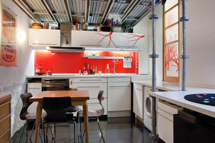 Salpicadero o respaldo de cocina en rojo - Pablo Boisier Arquitecto