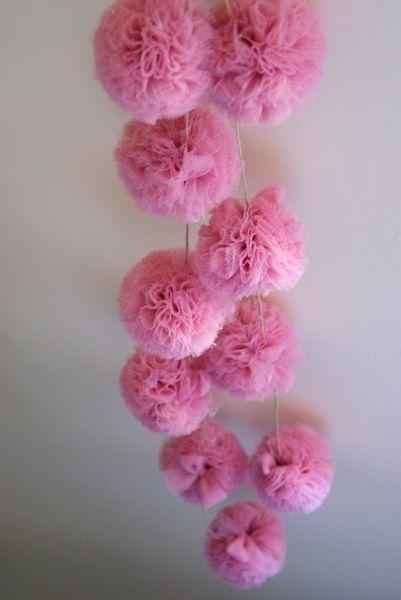 guirlande pompons de tulle 39 39 rose berlingot 39 39 couture. Black Bedroom Furniture Sets. Home Design Ideas
