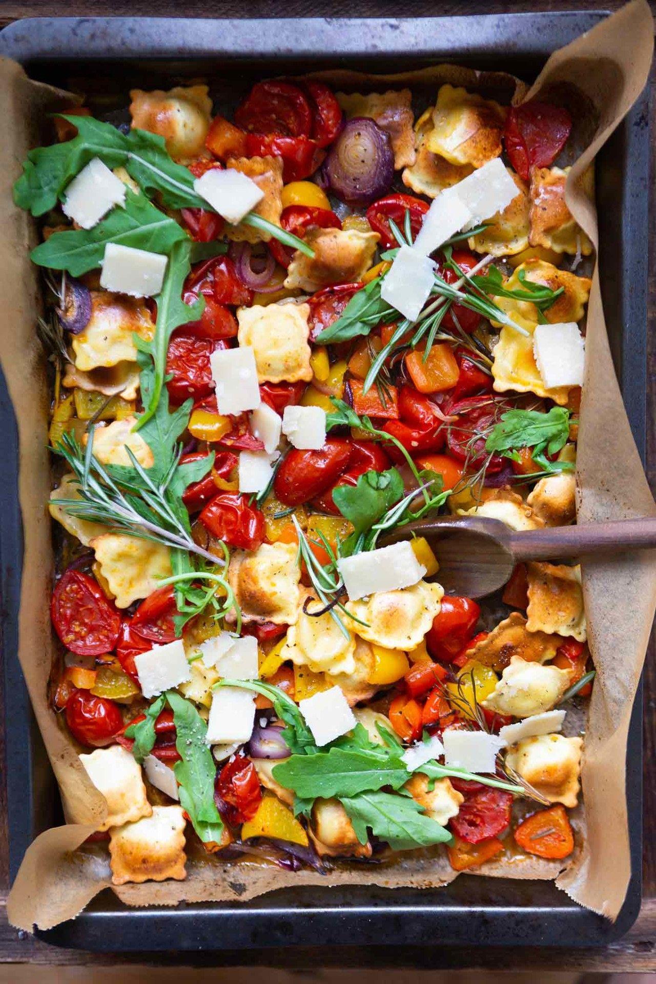 Ein Blech-Ravioli mit Tomaten, Paprika und Rucola #ofengerichteschnell