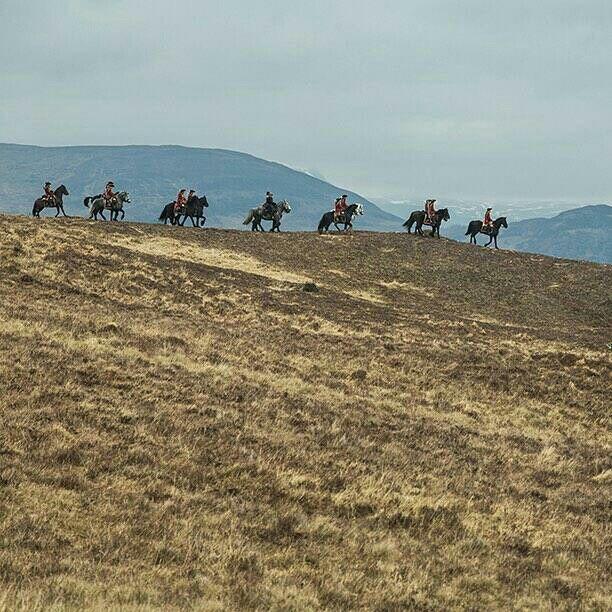 Nuova immagine di Outlander con le giubbe rosse e una Sassenach.