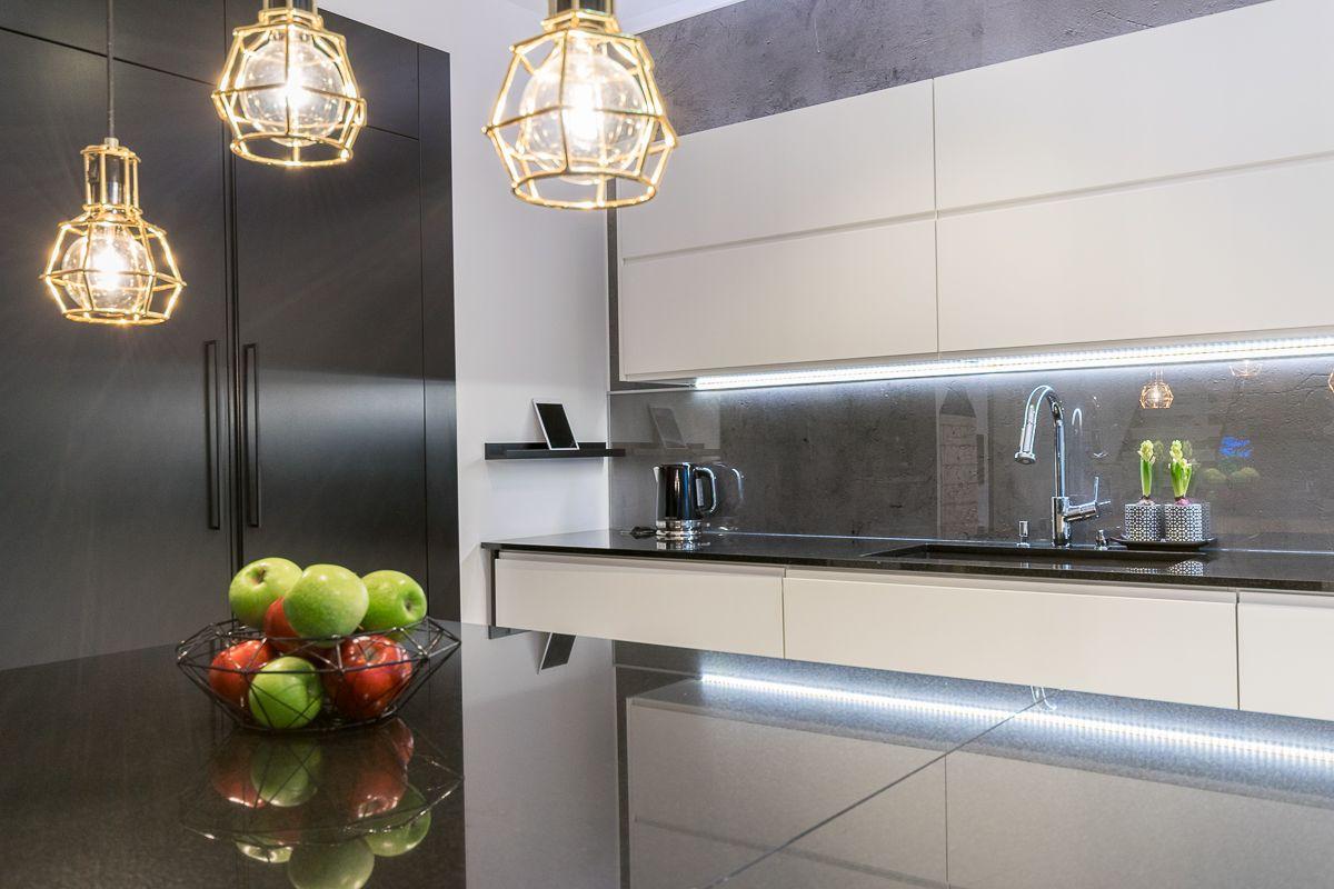 Särmikkäät valaisimet täydentävät keittiötilan modernia linjakkuutta. Klikkaa kuvaa, niin näet tarkemmat tiedot!