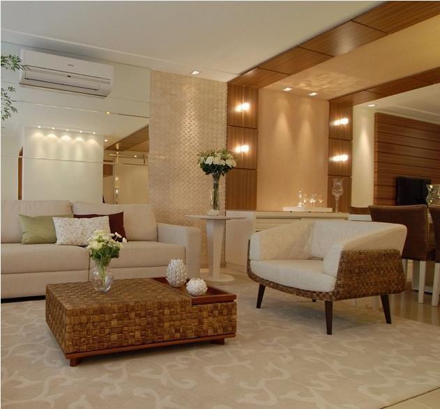 Sala estar + sala jantar com tantos detalhes lindos como espelhos, pastilha de mármore e painel madeira com arandelas que sobe no teto!!