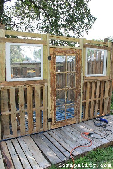 Pallet Shed Using Pallets Old Windows Tin Cans Casas Hechas Con Palets Tarimas De Madera Casa De Palets