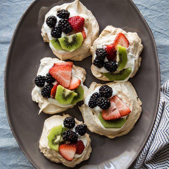 Easy pavlova recipe with berries and kiwi