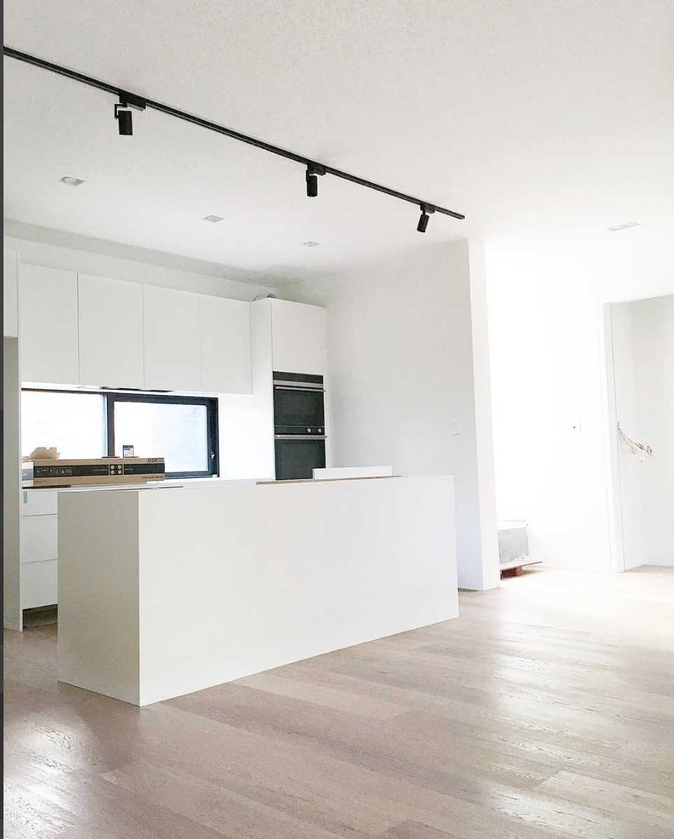 White Kitchen With Black Track Lighting Keukenverlichting