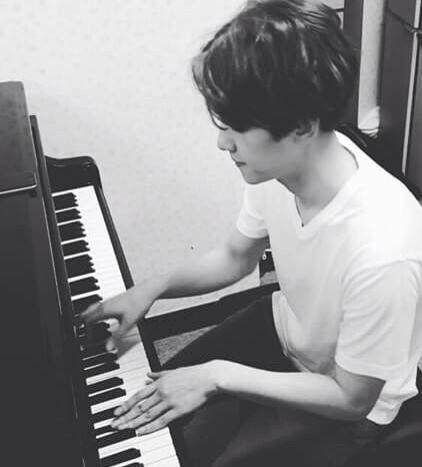 Baekhyun qui joue du piano ❤️ Comment j'aimerais savoir en joué moi aussi. baekhyun tu m'apprend? Haha