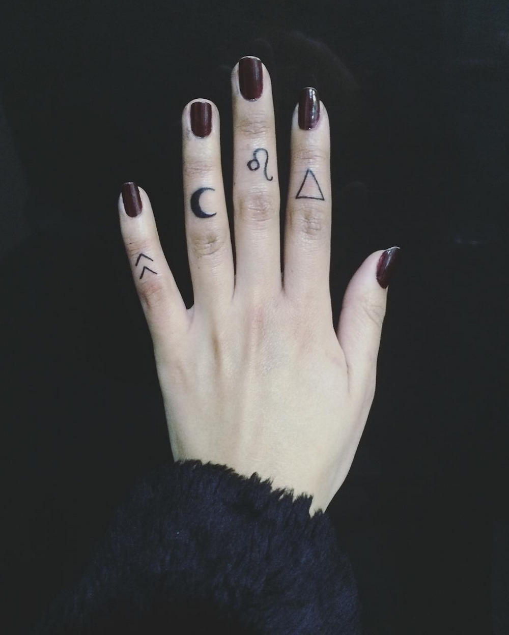 be1764b33 25 Tiny Finger Tattoos You'll Want to Get Right Now | tiny tats ...