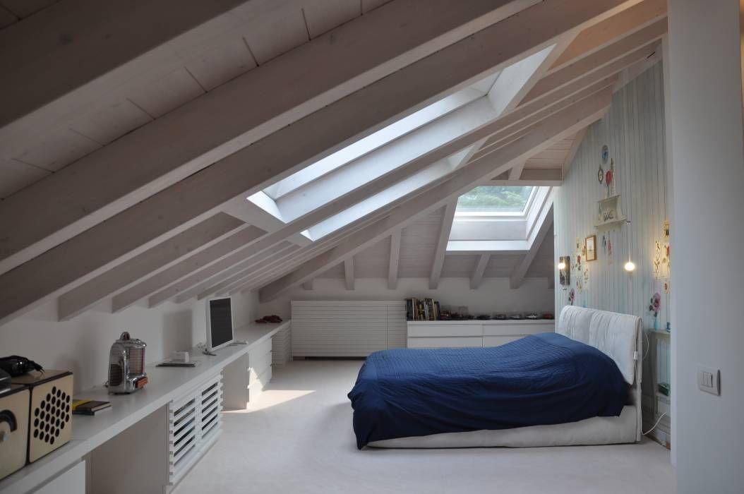 Ristrutturazione ed interior design sottotetto: camera da letto in