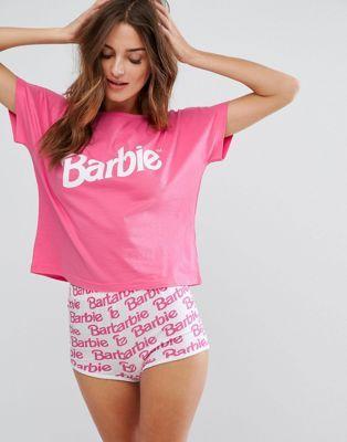 b769f29fa8b2bc Conjunto de camiseta y pantalón corto de pijama Barbie de ASOS ...