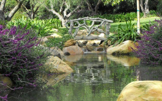 Wasserspiele-Garten-Wassergarten-gestalten-Holzbruecke-Stein - wasserspiel stein garten