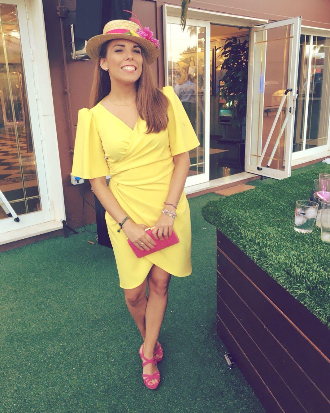 Vestido de invitada amarillo corto para boda de día con canotier ...