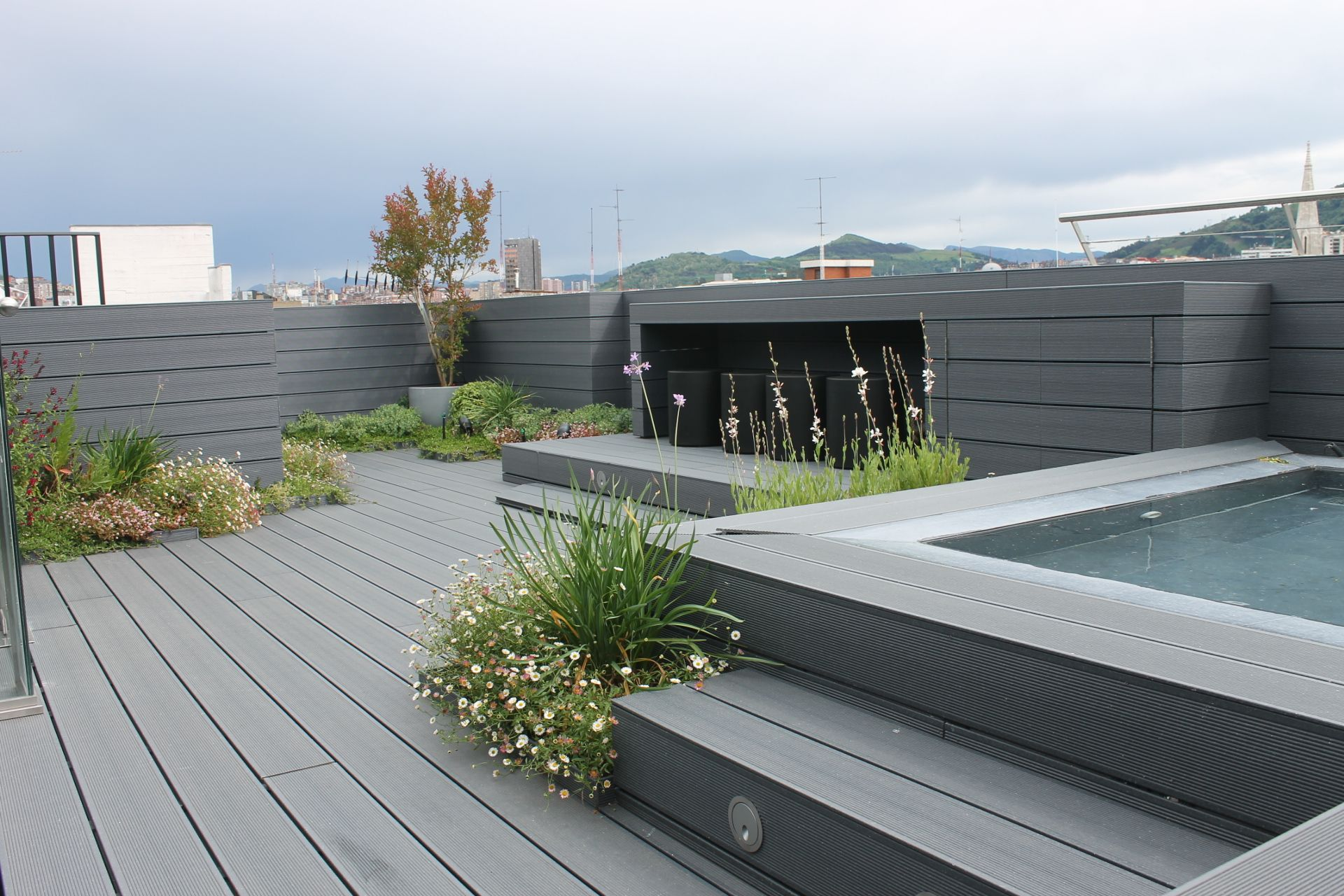 Dise o de tico moderno madera piscina paisajismo pia for Paisajismo terrazas