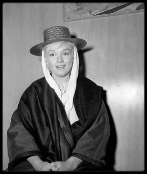 """5 Septembre 1960 / C'est au bras d'Arthur, bien qu'en instance de divorce, que Marilyn est de retour à Réno, afin de terminer le film """"The misfits"""" ; en effet, pour cause de surmenage et de fatigue (dû aux médicaments, à la chaleur de la ville et du désert l'entourant, à son divorce d'avec MILLER), Marilyn avait dû se faire hospitaliser dans une clinique de Los-Angeles. La foule était là, malgré sa tenue de """"camouflage"""" et le secret de la date de son retour, pour l'accueillir et lui dire…"""