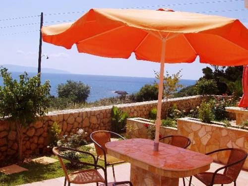 Asta La Vista Pesadha The Asta La Vista is located in the village of Pessada, on the outskirts of Argostoli. It offers two-storey apartments with furnished terraces with garden access and balconies with direct sea view.