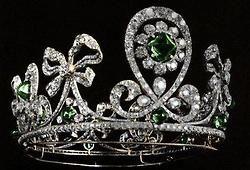 Empress Alexandra Feodorovna's diamond and emerald tiara created byjewelersBolin and Fabergé(1900).