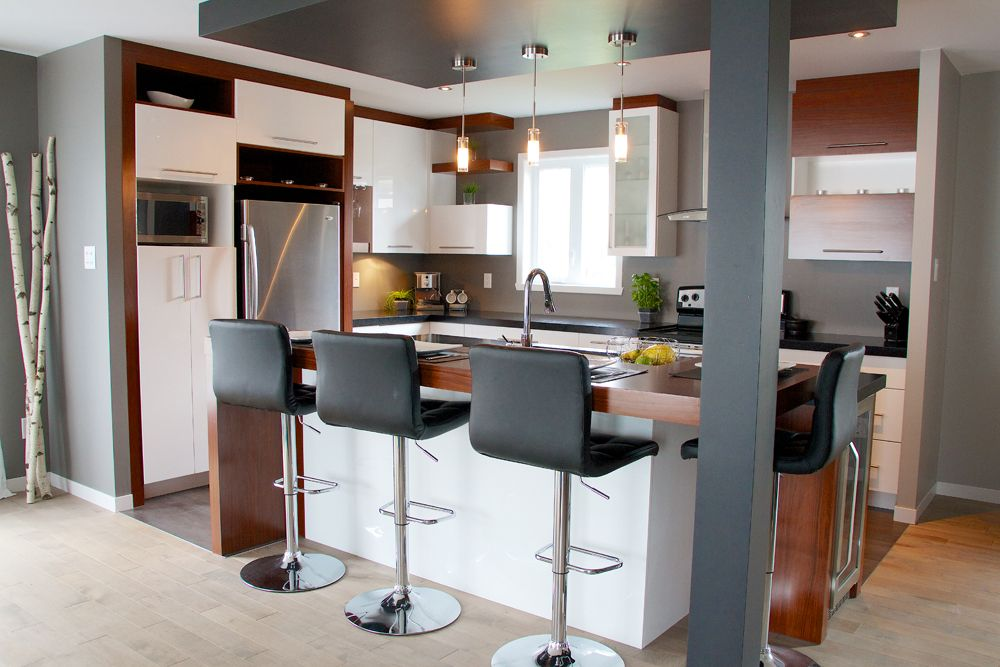 Cuisine blanche et bois de style contemporaine Murs gris, poutre