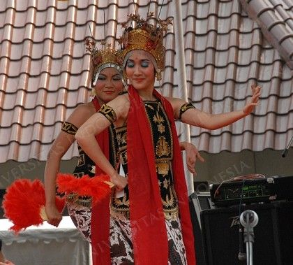 Indonesian Traditional Dance, TARI JANGGET from Lampung, Indonesia.