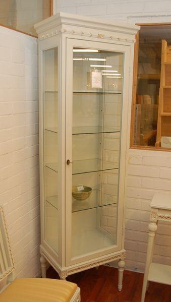 Kotimainen Laitalan kustavilainen vitriinikaappi (nro 127). Tilaustavaraa, toimitusaika noin 4-8 viikkoa.mitat 57cm x 40cm x 193cm