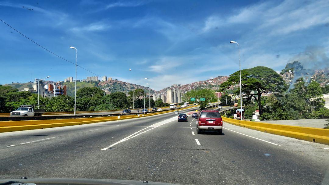 autopista hacia la guaira