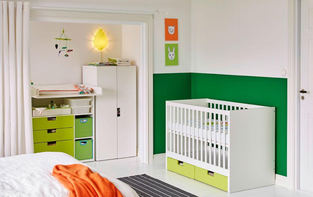 Ein Schlafzimmer mit STUVA Babybett mit Schubfächern in Weiß und ...