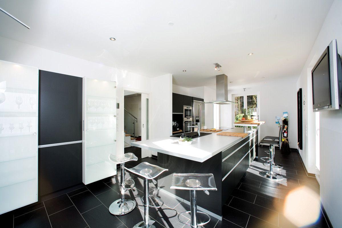 Auch in schlauchförmigen Räumen ist die Küche gut aufgehoben. Hier ...