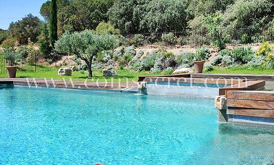 Piscine avec pataugeoire et plage en bois dans un parc de 120 - location vacances provence avec piscine