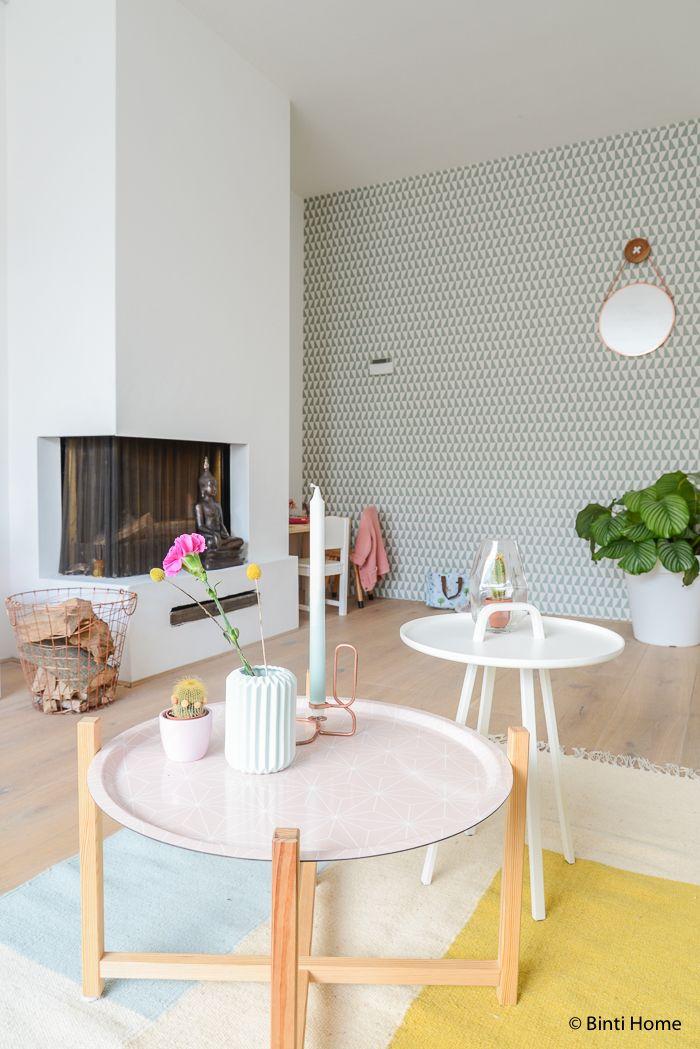 Een woonkamer met pastel kleuren en koper | Wohnen