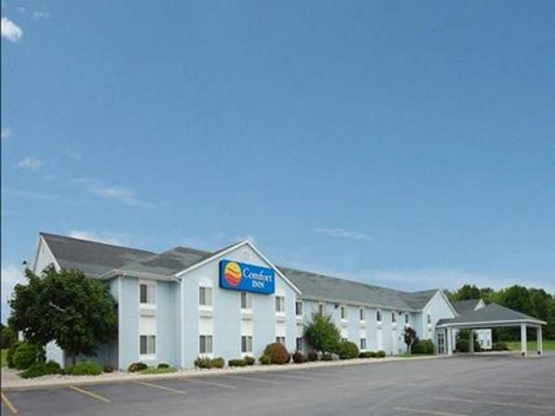 Hart Mi Comfort Inn United States North America Comfort Inn Is Conveniently Located In The Popular Hart Area The Hote House Styles Outdoor Decor Front Desk