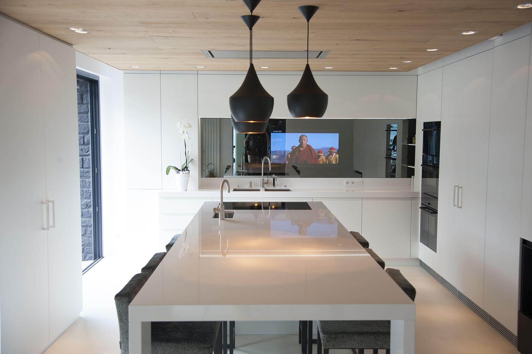 cuisine #ilot central #télévision intégrée #plafond bois #guillaume ...