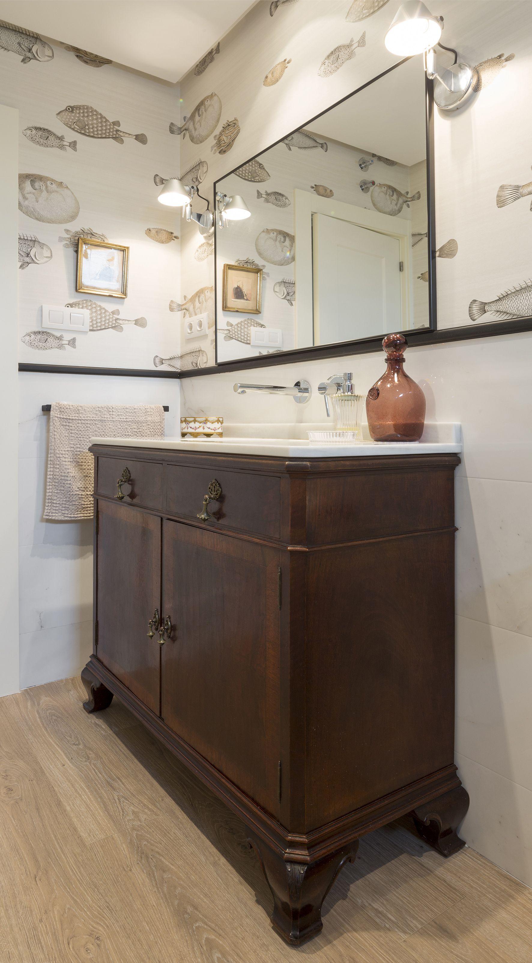 Detalle bao en vivienda reformada por Natalia Zubizarreta Interiorismo en Leioa Vizcaya Mueble de lavabo con antigua cmoda de ma  Baos