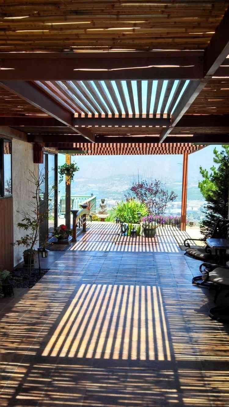 Bambusstangen Als Terrassendach Und Lichtspiel Uberdachung Terrasse Terrassenuberdachung Hintergarten