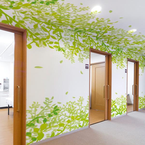天井に生い茂るツタのデザインに思わず天井を見上げてしまいそう
