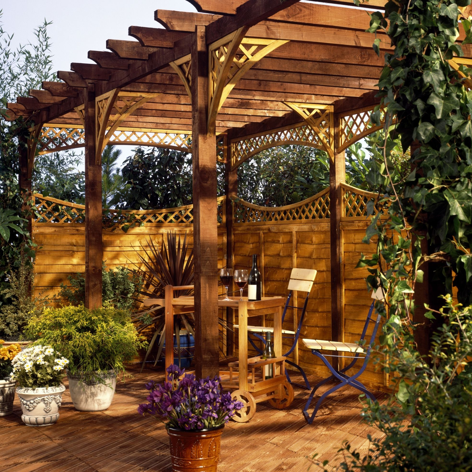 A Freestanding Shade Shelter Provides Privacy And A Cool Place To Relax In Your Own Backyard Take This Idea To Your Avec Images Abri De Jardin Bois Abri De Jardin Jardins