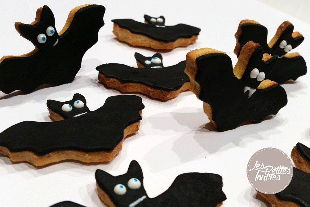 Recette de sablés pour Halloween ! Découvrez notre recette pour réaliser de jolis petits sablés en forme de chauve-souris pour Halloween à recouvrir avec de la pâte à sucre noire. #halloween #dessert #recette #sable #cuisine
