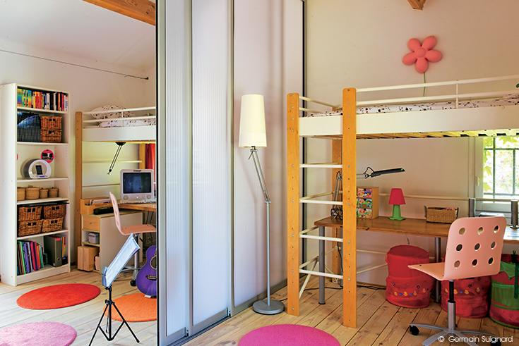 Pour d limiter l 39 espace installez une parois coulissante en polycarbonate dccv rangement d - Paroi coulissante chambre ...