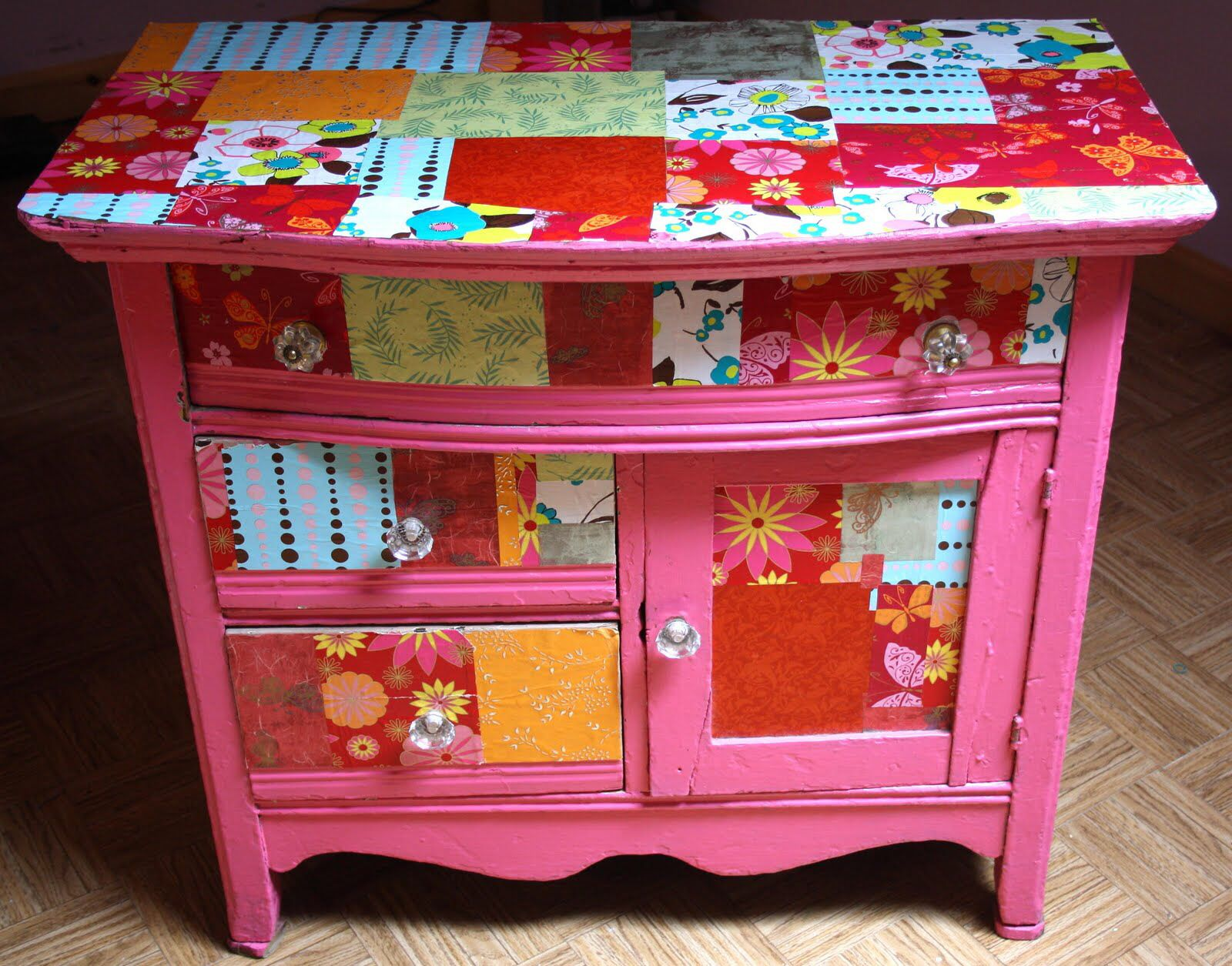 Decoupage Mueble Love This Little Decoupaged Tv Stand Decoupage It
