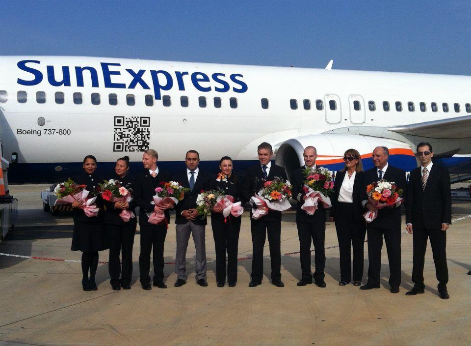 SunExpress startet ab heute internationale Linienflüge nach Alanya-Gazipaşa.  SunExpress fliegt ab heute mehrmals wöchentlich ab Frankfurt, Düsseldorf und Leipzig / Halle direkt nach Alanya-Gazipaşa. Heute morgen wurden die ersten Passagiere aus Frankfurt nach der Landung mit Blumen begrüßt. Wir wünschen allen Passagieren einen erholsamen Aufenthalt im sonnigen Alanya.