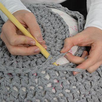 crocheter une housse de pouf point tricot crochet pouf. Black Bedroom Furniture Sets. Home Design Ideas