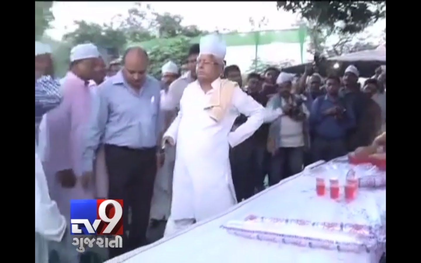 The new found friendship between RJD,JD(U) and Congress was reflected at an Iftar party hosted by RJD president Lalu Prasad in Patna with senior leaders of the three parties participating in it in large numbers.  For more videos go to http://www.youtube.com/gujarattv9  Like us on Facebook at https://www.facebook.com/tv9gujarati Follow us on Twitter at https://twitter.com/Tv9Gujarat Follow us on Dailymotion at http://www.dailymotion.com/GujaratTV9
