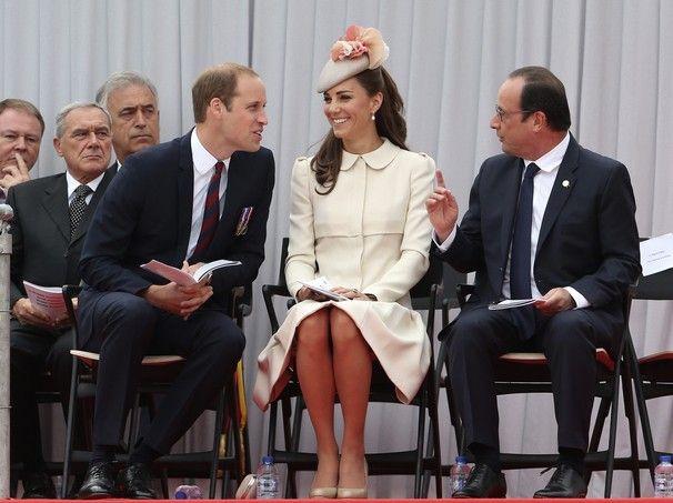 A duquesa de Cambridge, Kate Middleton, se diverte em conversa descontraída com o marido, o príncipe William, e o presidente da França, François Hollande, durante evento de celebração aos 100 anos da Primeira Guerra Mundial, em Liége, na Bélgica (Foto: AP Photo / Francois Lenoir, Pool) - http://epoca.globo.com/tempo/fotos/2014/08/fotos-do-dia-04-de-agosto-de-2014.html