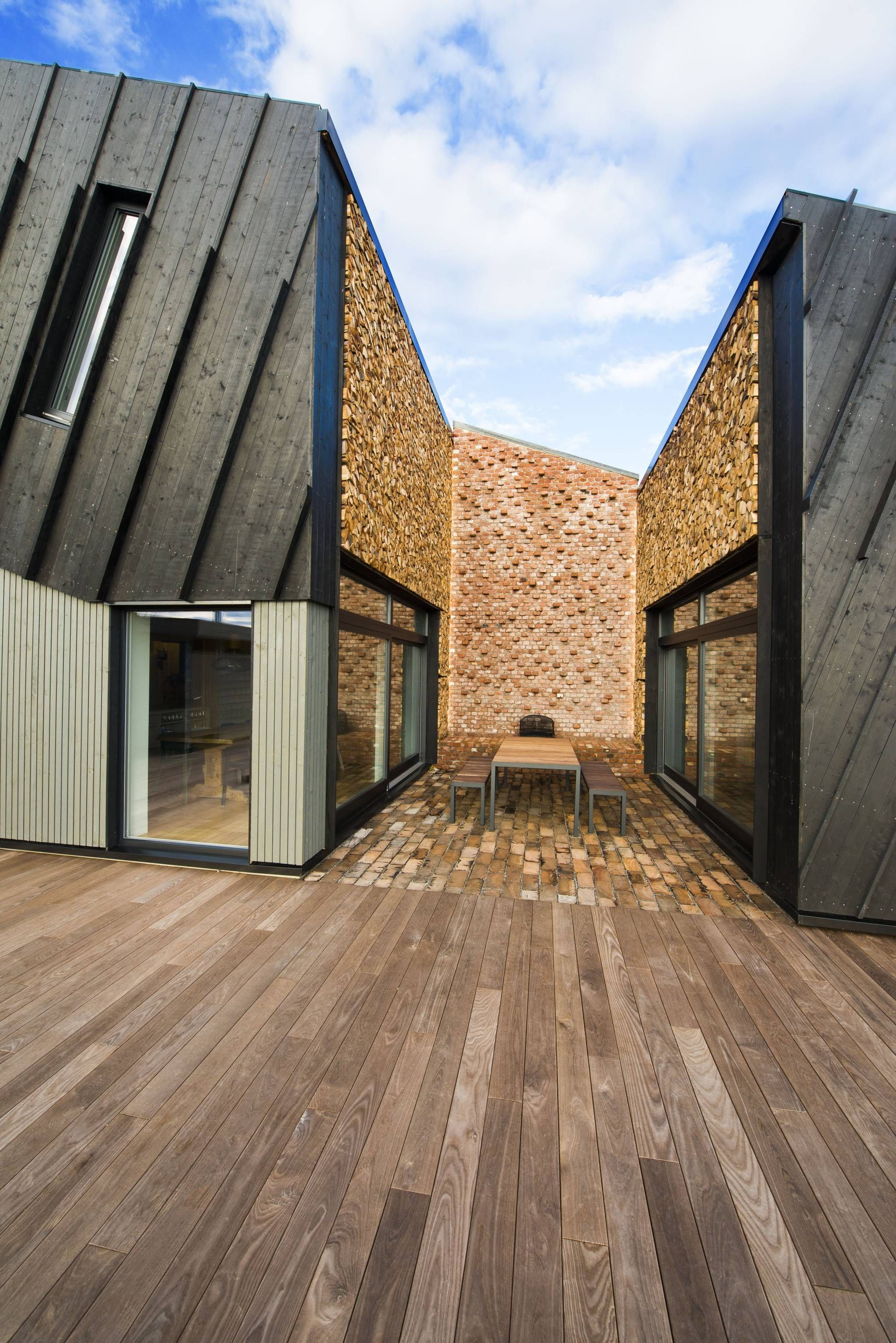 Paal Andre Schwital Focus Has Been Put On Creating A Homely House And The Outdoor Atrium With Fireplace And Hout Architectuur Moderne Architectuur Architectuur