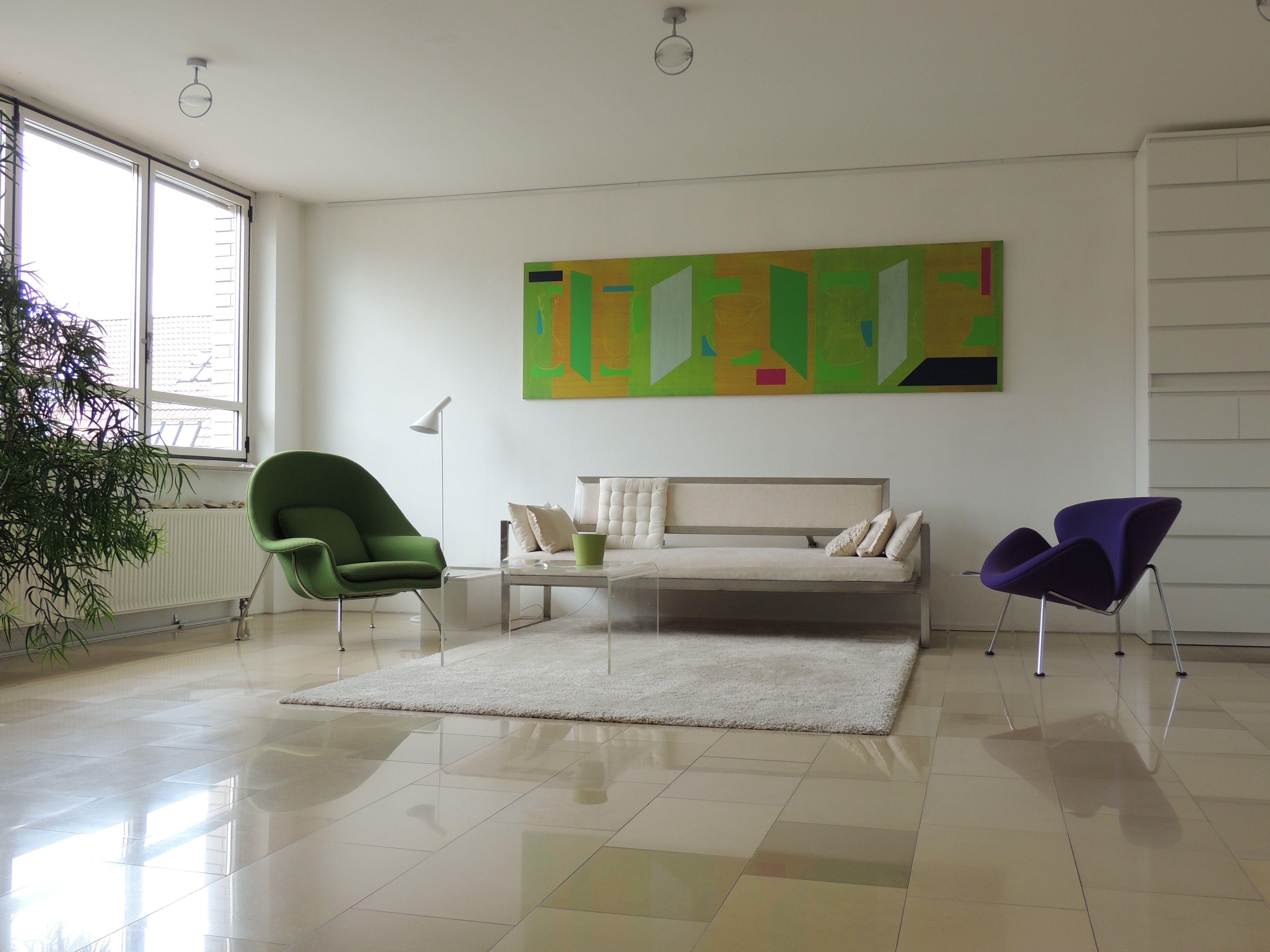 Cute Loft in Stuttgart Das Bild ist von Thomas Heger das Sofa von Martin Krumm Der Orange Slice Sessel ist von Pierre Paulin der Saarinen ein Nachba u