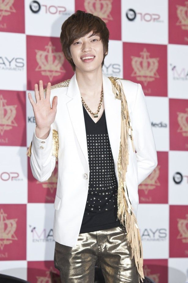 Teen Top Niel reveals a half-naked photo as a punishment